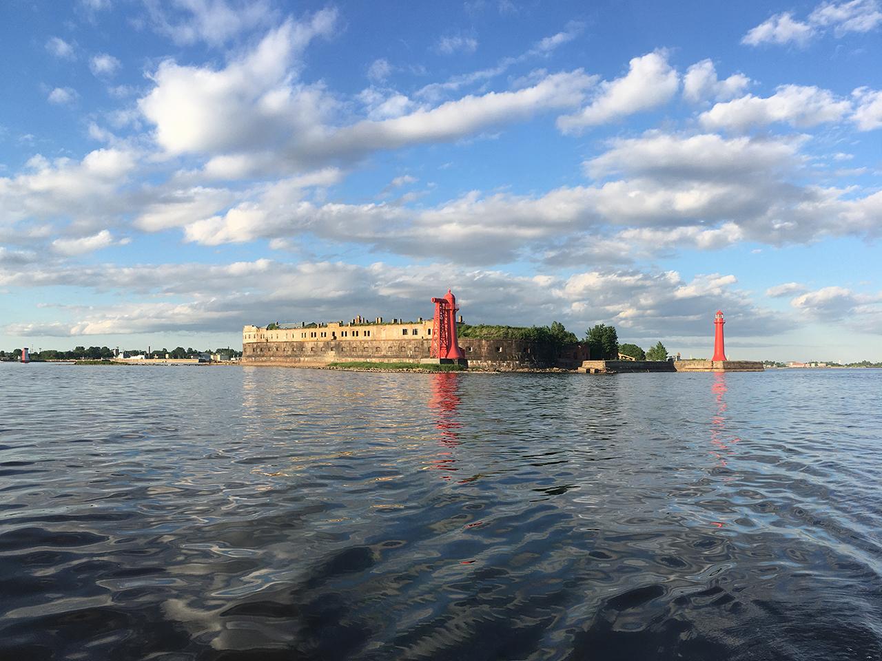 Николаевская батарея форта Кроншлот с Николаевскими створными маяками.