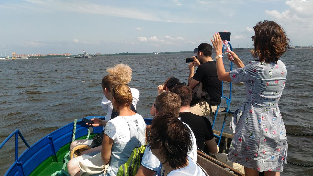 Туристы на морской экскурсии. Кронштадт.