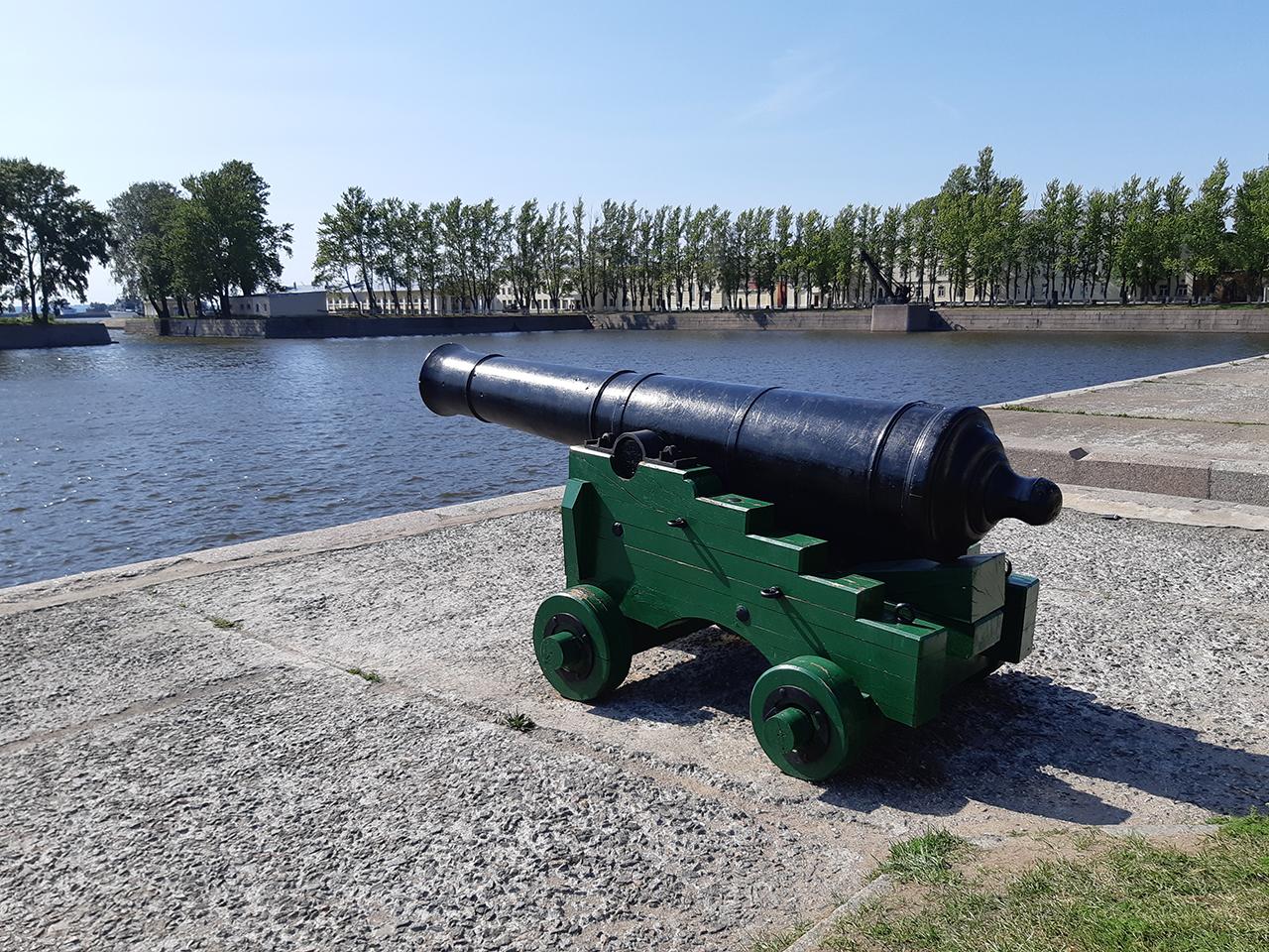 36-фунтовое гладкоствольное орудие на морском станке. Набережная Итальянского пруда. Кронштадт.