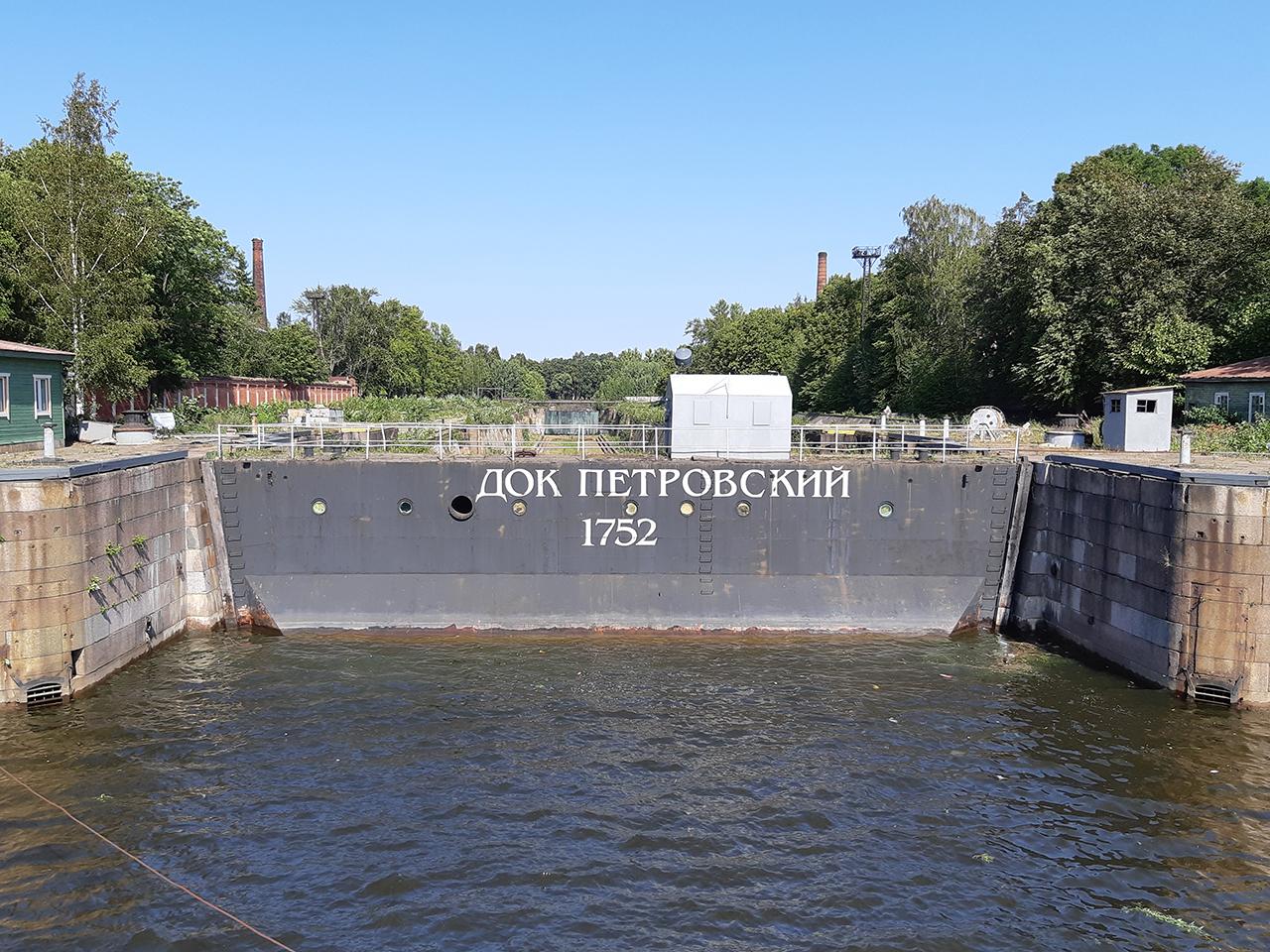 Петровский док - грандиозное гидротехническое сооружение построенное в 1719-1752 гг. для ремонта и строительства кораблей.