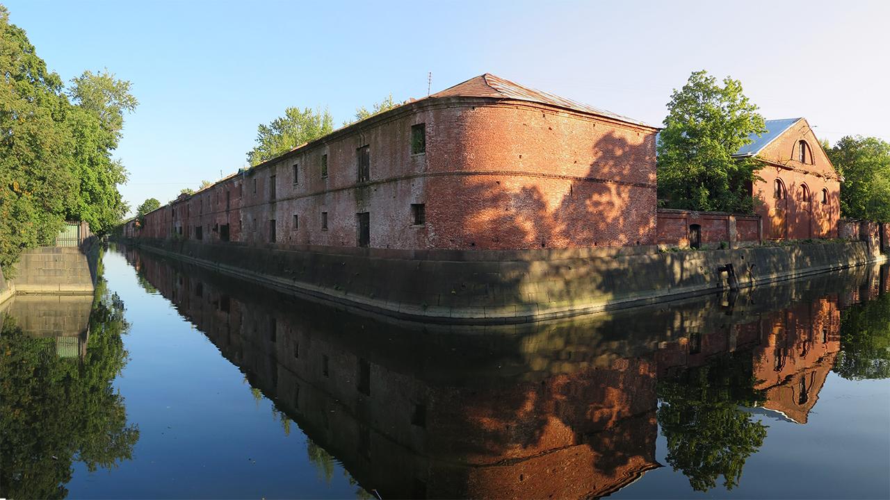 Вид на обводный канал Кронштадта и провиантские магазины адмиралтейства.